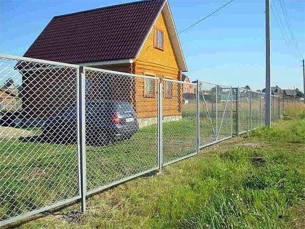 Забор для дачи из сетки рабица